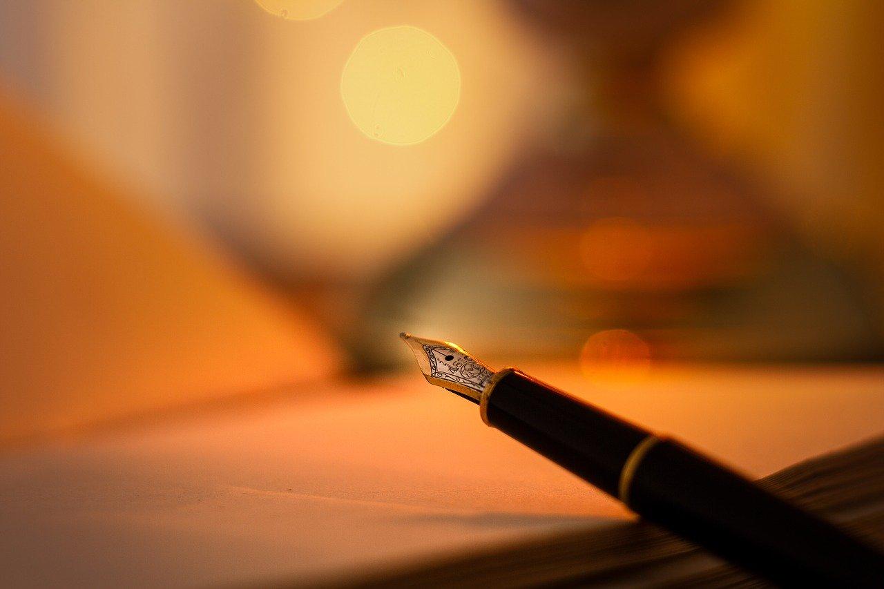 stylo plume posé sur un livre