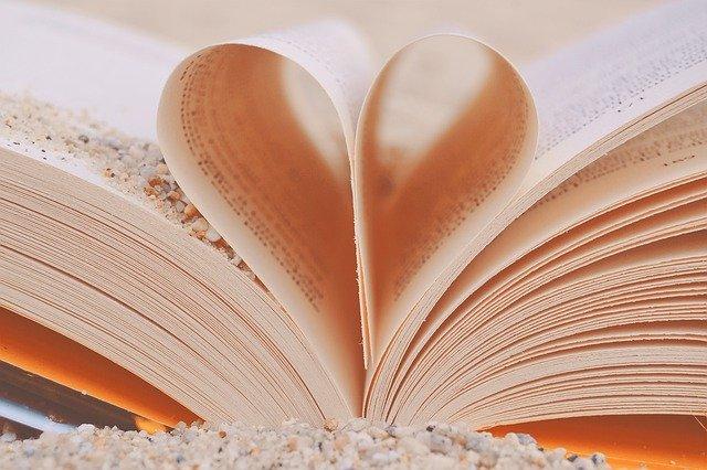 pages pliées pour former un coeur